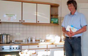 Pfarrer Andreas Echternkamp in der Küche
